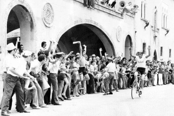 Ο Στέλιος Βάσκος τερματίζει στην τρίτη θέση το Βαλκανικού πρωταθλήματος που έγινε στην Ρόδο το 1975 ο κόσμος τον αποθεώνει