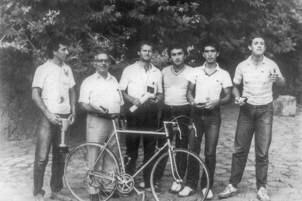 """Η ομάδα της Τε Δωδεκανήσου μετά τον τερματισμό του γύρου έπαθλο """"Θυσίας""""1981 με τον Μ.  Κούντρα από αριστερά τον Φ. Ψαρρό, Π. Μανίκαρο, Μ. Κρομμύδα, Ι. Μαστορίδη, και Γ. Βογιατζή"""