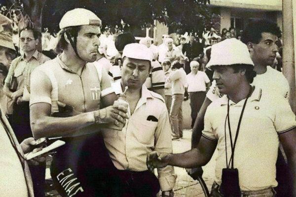 Ο Κανέλλος Κανελλόπουλος στον πρόλογο του γύρου Βουλγαρίας το 1986 με τον Γιώργο Βασιλάκη και τον μασέρ της Εθνικής ομάδας Δημήτρη Κωνσταντινίδη