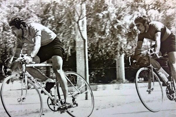 Ο Γιώργος Βασιλάκης, με τον  Μιχάλη Κούντρα στο σιρκούι στο Αιγάλεω 1974