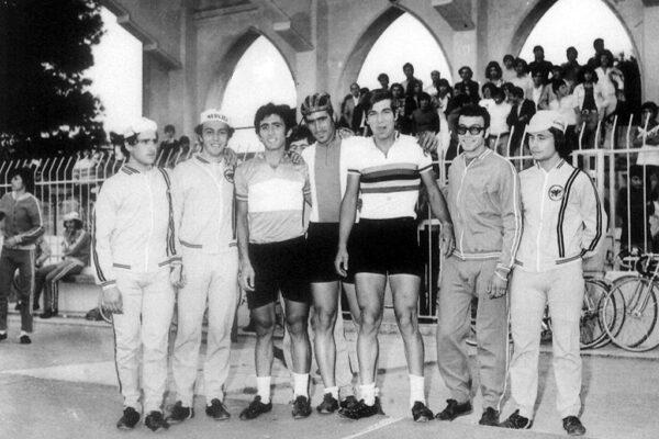 Οι αθλητές της ΑΕΚ με την ομάδα του Κολοσσού, Μιχάλης Κρομμύδας, Μιχάλης Κούντρας Γιάννης Πανάγος και Βαγγέλης Χατζηιωάννου. 1973