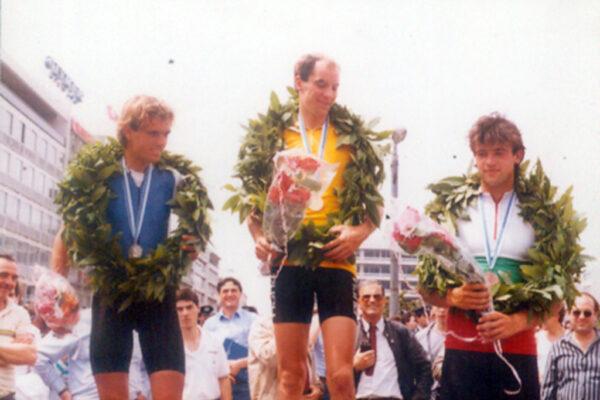 Το βάθρο των νικητών της γενικής κατάταξης του γύρου Ελλάδος 1986, από αριστερά ο 2ος Κανέλλος Κανελλόπουλος ο νικήτης Αυστριακός Ronald Konigshoffer και ο 3ος Βούλγαρος Dimitri Stantsev