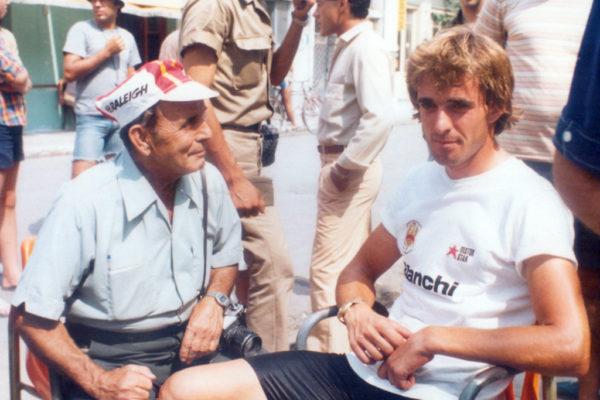Ο Κανέλλος Κανελλόπουλος με τον φωτορεπόρτερ Γιάννη Σκλήρη μετά την νίκη του στο πρώτο ετάπ του γύρου Ελλάδος το 1982 στην διαδρομή Αθήνα Ναύπλιο.