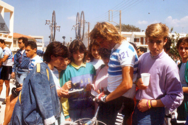 Kanellos Kanellopoulos signing autographs during Tour of Greece of 1987